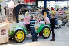 孩子在糖果商店 免版税图库摄影