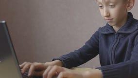孩子在网上研究膝上型计算机 影视素材