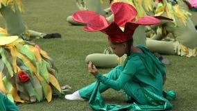 孩子在花编组,并且草服装奇迹般地跳舞 影视素材