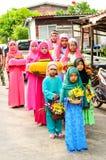 孩子在行站立在古兰经的毕业的开始前。 库存图片
