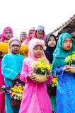 孩子在行站立在古兰经的毕业的开始前。 图库摄影