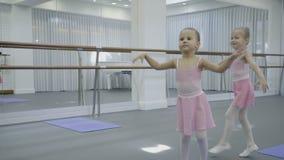 孩子在训练微笑并且跳舞反对芭蕾机器背景  股票视频