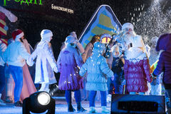 孩子在阶段的一个圈子跳舞 新年的表现 库存照片