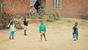 孩子在非洲村庄 图库摄影