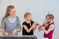 孩子在音乐学校 免版税库存图片
