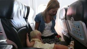 孩子在飞机坐并且行为不端 股票视频