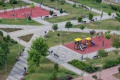 孩子在从上面被看见的公园演奏地方 免版税图库摄影