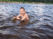 孩子在水中 免版税库存照片