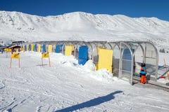 孩子在婴孩推力登高在滑雪教训 库存照片