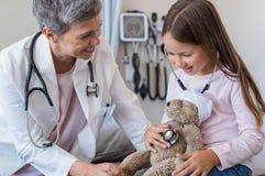 孩子在医生办公室 免版税库存图片