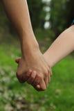 握手的孩子 免版税库存照片