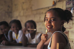 孩子在巴西favela的学校 库存照片