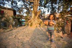 孩子在Bhaktapur中区  免版税库存图片