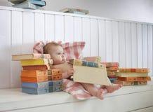 孩子坐地板在一间明亮的屋子 库存照片