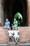 孩子坐塔墙壁 Bagan 缅甸 库存图片