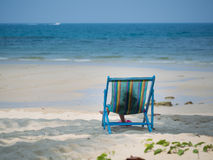 孩子坐海滩睡椅 免版税库存照片