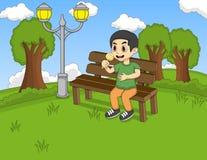 孩子坐长凳在公园动画片 免版税库存照片