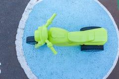 孩子塑料自行车操场 库存图片