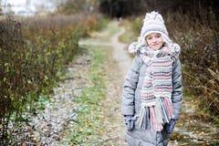 孩子女孩在秋天森林里 免版税库存照片