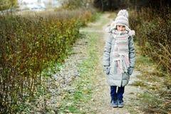 孩子女孩在秋天森林里 图库摄影