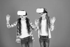孩子女孩打虚拟现实比赛 朋友在vr互动 探索供选择的现实 未来存在 ?? 库存图片