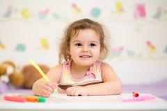 孩子女孩油漆在托儿所在家 图库摄影