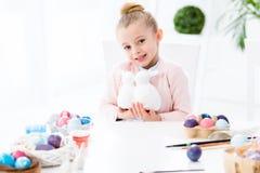 孩子女孩藏品兔宝宝小雕象 免版税库存图片