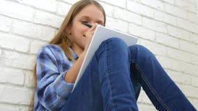 孩子学习在片剂的,写在学校课程的女孩,学会做家庭作业 股票录像
