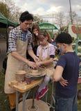 孩子学习塑造在艺术大师班在室外 免版税库存图片