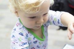 孩子学会与兴趣外界 免版税库存照片