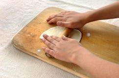 孩子学会在家做的玉米粉薄烙饼做 库存照片