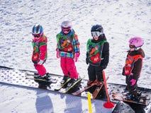 孩子学会在滑雪学校滑雪 免版税图库摄影