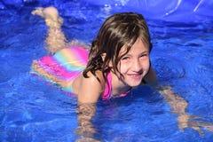 孩子学会如何游泳 免版税图库摄影