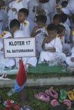 孩子学会早崇拜礼服麦加朝圣麦加朝圣 库存照片