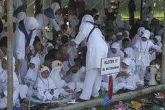 孩子学会早崇拜礼服麦加朝圣麦加朝圣 库存图片