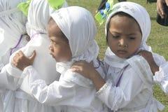 孩子学会早崇拜礼服麦加朝圣麦加朝圣 免版税图库摄影