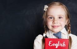 孩子学会英国概念 逗人喜爱的儿童女孩特写镜头画象  免版税图库摄影