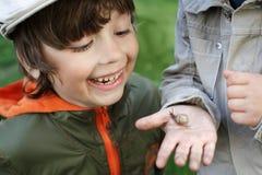 孩子学会蜗牛 图库摄影