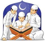 孩子学会读与他们的父母的Al古兰经 库存照片