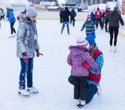 孩子学会滑冰 图库摄影