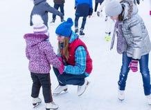 孩子学会滑冰 免版税库存图片
