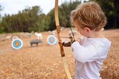 孩子实践的射箭 库存图片