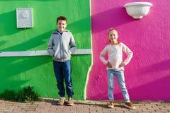 孩子对五颜六色的墙壁 库存图片