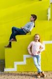 孩子对五颜六色的墙壁 免版税库存图片