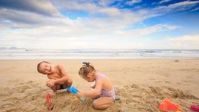 孩子小女孩男孩跳跃在湿沙子海滩的笑 影视素材