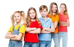 孩子小组,在白,愉快的Smilling人民的孩子五颜六色的T恤杉的 免版税库存照片