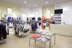 孩子布料商店全新的内部  免版税库存图片