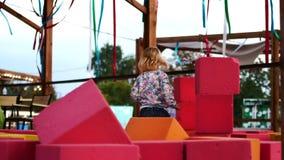 孩子建造软的立方体塔  影视素材
