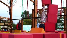 孩子建造软的立方体塔  股票录像