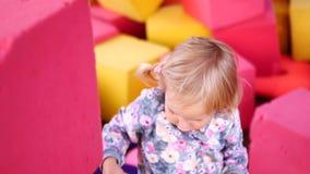 孩子建造软的立方体塔  股票视频